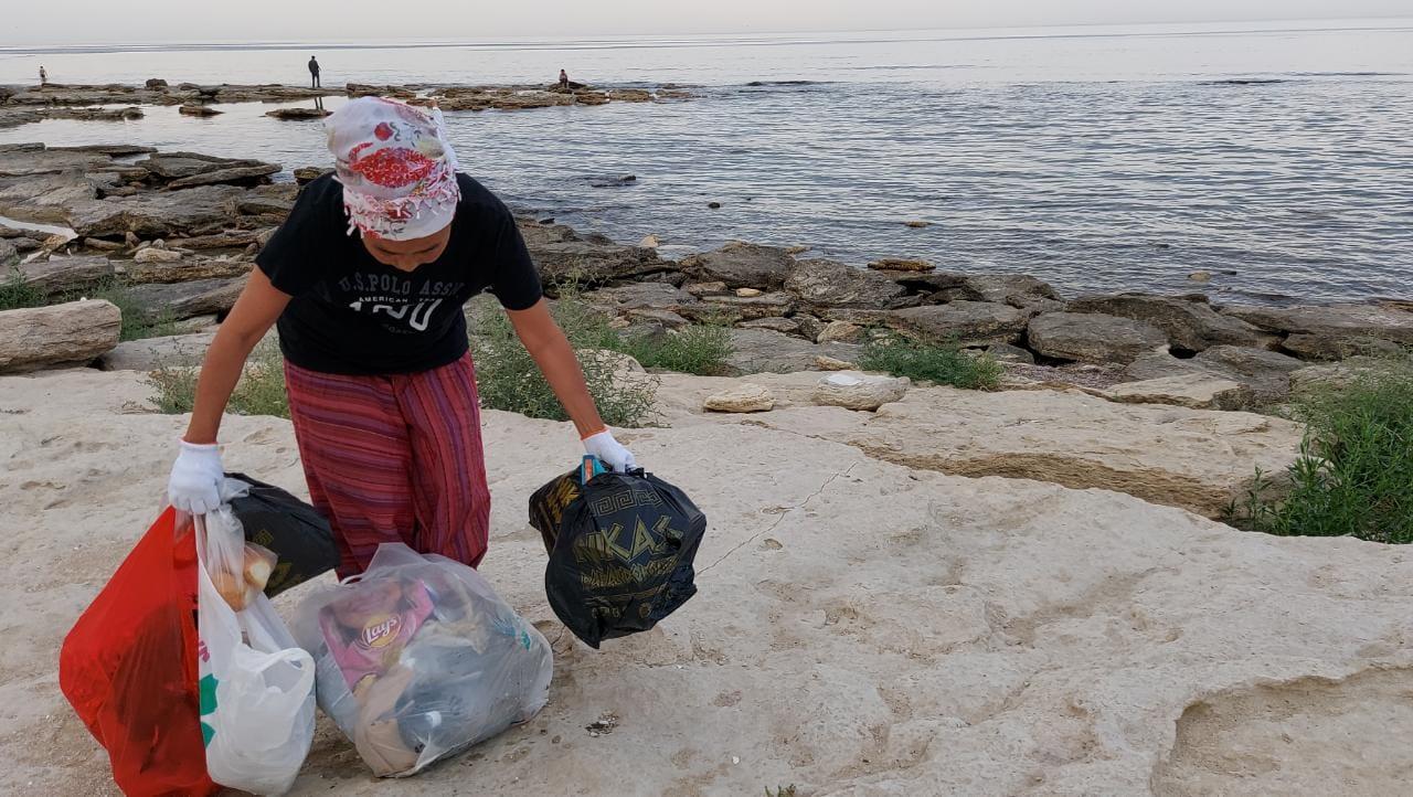 Очистить берег Каспия от мусора призвали экологи жителей Актау